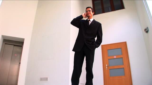 successful businessman dealing on the mobile - bir orta yetişkin erkek sadece stok videoları ve detay görüntü çekimi
