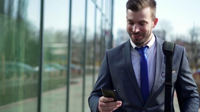 CEOへの昇進に関するメールを受け取った成功したビジネスマン ビデオ