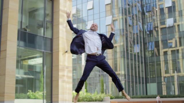 framgångsrik affärsman - kille hoppar bildbanksvideor och videomaterial från bakom kulisserna
