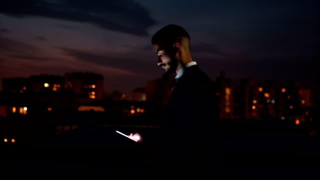 stockvideo's en b-roll-footage met succesvolle zakenman wandelen op dak - 25 29 jaar