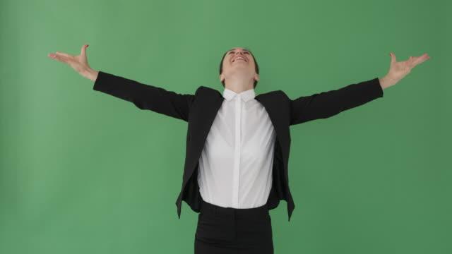 successful businesswoman with arms outstretched - pojęcia i zagadnienia filmów i materiałów b-roll