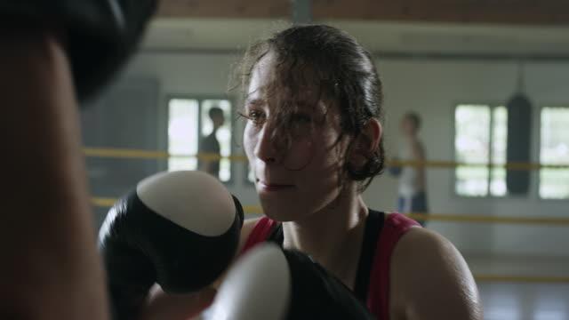 Erfolgreiche Boxerin schlagen Boxen Handschuhe in Turnhalle – Video