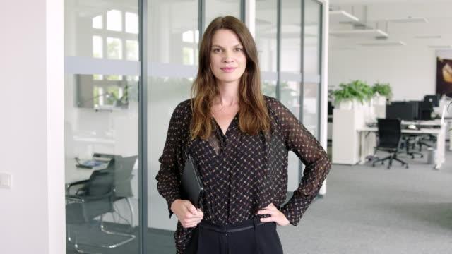 framgångsrik kvinnlig entreprenör i office - 35 39 år bildbanksvideor och videomaterial från bakom kulisserna