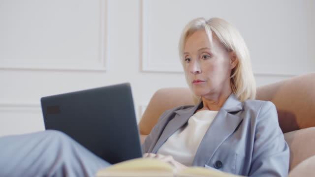 stockvideo's en b-roll-footage met succesvolle vrouwelijke advocaat die op computer werkt - four lawyers