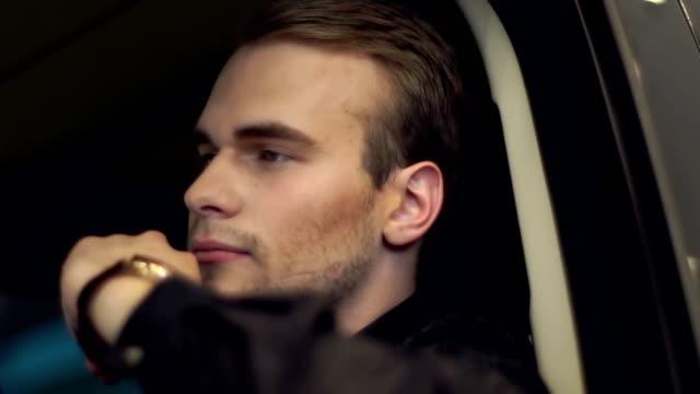 成功した男に座るし、高級車の車輪 ビデオ