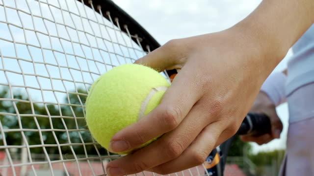 vídeos y material grabado en eventos de stock de exitosa mujer segura de sí mismo sirve la pelota de tenis, deseo ganar, vista inferior - tenis