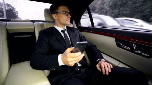 успешный улыбающийся финансовый эксперт, ехав в аэропорт на роскошном автомобиле, поездка - expert стоковые видео и кадры b-roll