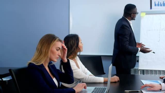 Succesvolle teamleider en ondernemer toonaangevende zakelijke bijeenkomst video