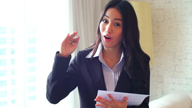 erfolgreiche frau manager etwas über arbeit, ihr partner beim stehen in modernen büros innen, ernst weiblichen stolz ceo im gespräch mit einem untergeordneten element nach einem treffen mit wichtigen kunden zu erklären. - feedback stock-videos und b-roll-filmmaterial