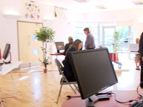 erfolgreiches training team - reisebüro stock-videos und b-roll-filmmaterial