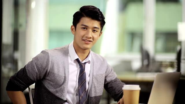 成功した若いアジア企業経営者 ビデオ