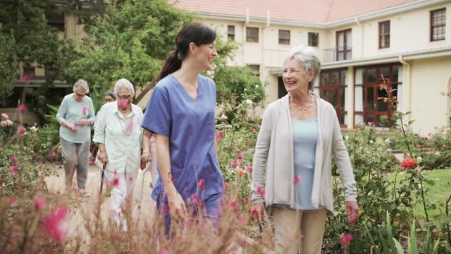 外に出るような美しい日 - 老人ホーム点の映像素材/bロール