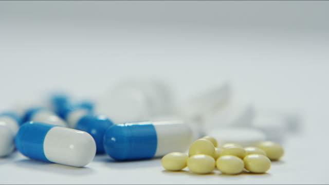 vídeos y material grabado en eventos de stock de tal una pequeña píldora puede salvar vidas - recipiente para las píldoras