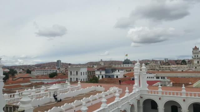 sucre, bolivien hauptstadt skyline übersicht, 4k video. - kapitell stock-videos und b-roll-filmmaterial