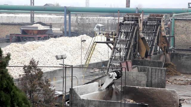vidéos et rushes de usine de canne à sucre - entonnoir