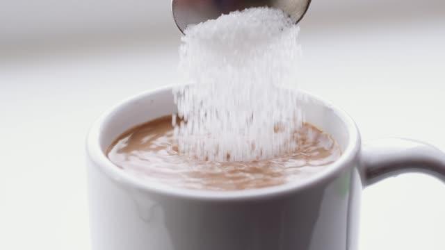zucker in kaffee gegossen - zucker stock-videos und b-roll-filmmaterial