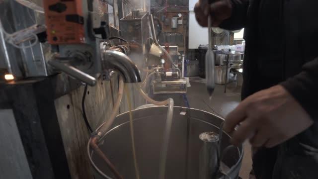 sugar shack kleine lokale unternehmen industrie kanada produktionsschritte - ahorn stock-videos und b-roll-filmmaterial