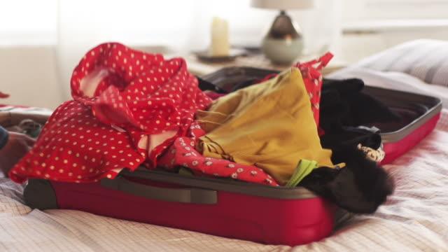stockvideo's en b-roll-footage met suitcase bed           li - ingepakt