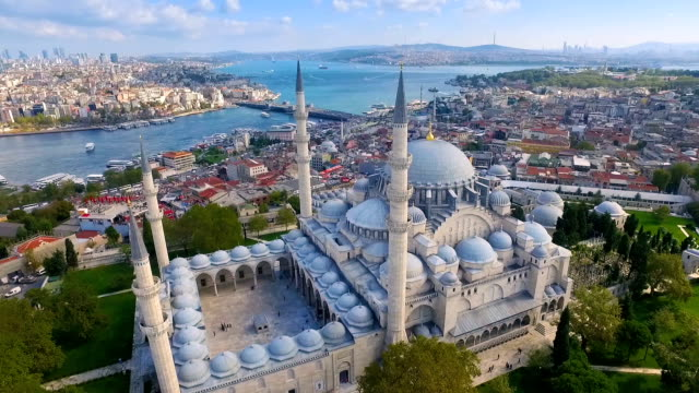 vídeos de stock e filmes b-roll de suleymaniye mosque from the sky, aerial view of istanbul city, turkey. - istambul