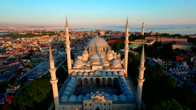vídeos de stock e filmes b-roll de suleymaniye mosque from the sky istanbul, turkey - istambul