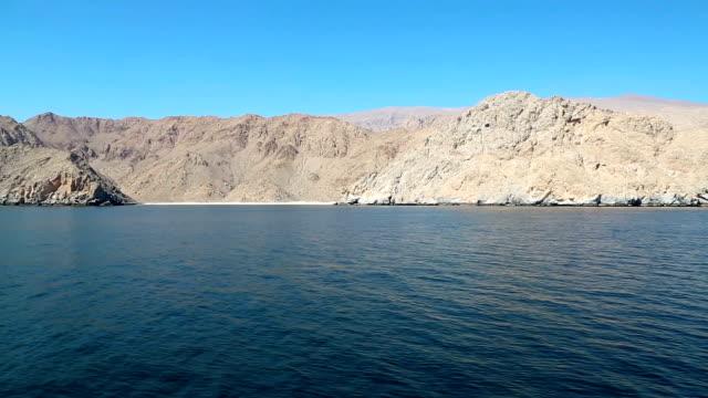 султанат оман, полуострова мусандам, залив омана, скалистые берега - oman стоковые видео и кадры b-roll