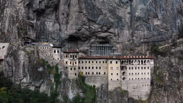 sumela kloster türkei luftaufnahme - kloster stock-videos und b-roll-filmmaterial