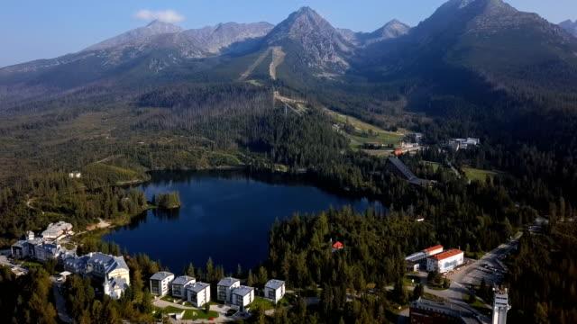 sommer-luftbild von strbske pleso resort in der hohen tatra, slowakei. - slowakei stock-videos und b-roll-filmmaterial
