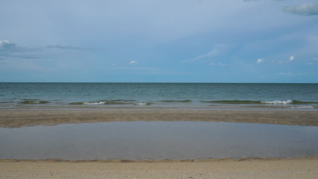 sommerstrandentspannung mit bokeh-sonne und blauem himmel. - indochina stock-videos und b-roll-filmmaterial