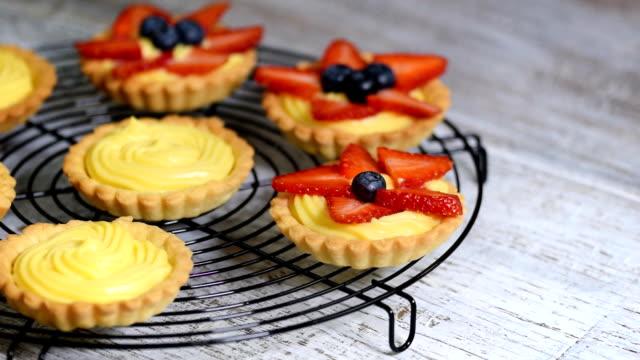 krem ve taze çilek ile yaz berry tartlets. - muhallebi stok videoları ve detay görüntü çekimi
