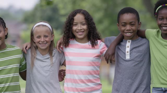 summer camp kinder im freien zusammen - ferienlager stock-videos und b-roll-filmmaterial