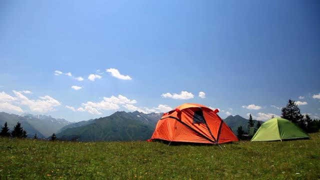 hd :サマーキャンプでは、のどかな山の風景 - キャンプ点の映像素材/bロール