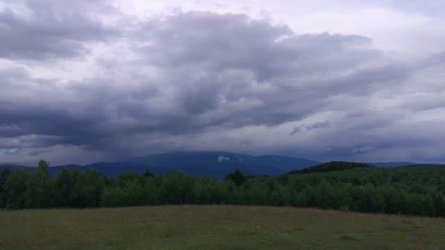 vídeos de stock, filmes e b-roll de carpathians de verão - nublado
