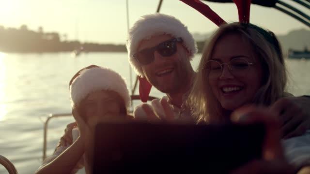 夏のクリスマスのご挨拶 - サンタの帽子点の映像素材/bロール