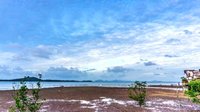 sommer-wolke-zeitraffer über altstadt, ko lanta, krabi, thailand - zirrus stock-videos und b-roll-filmmaterial