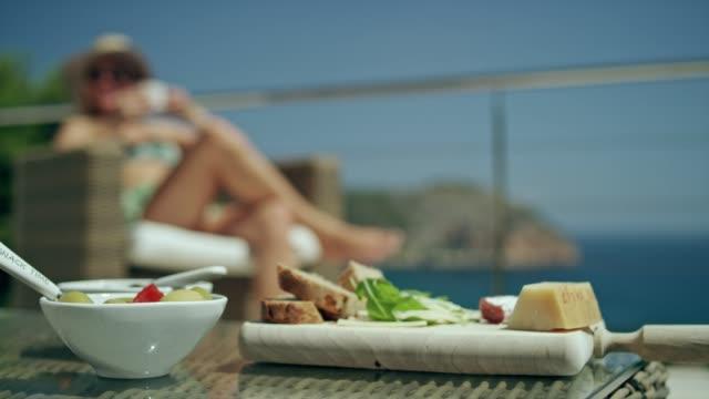 vídeos y material grabado en eventos de stock de verano de café en una terraza - comida española