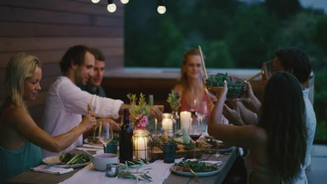 vidéos et rushes de un dîner d'été sur le patio - diner entre amis