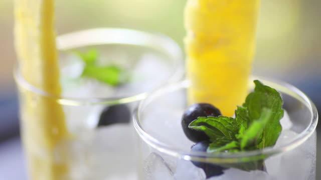 sommer-drinks mit frischer ananas und heidelbeeren - tropischer cocktail stock-videos und b-roll-filmmaterial