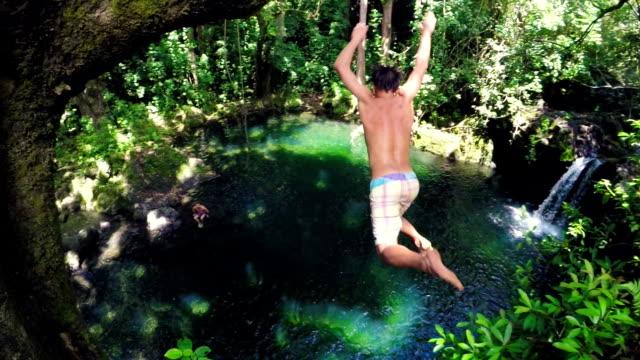 夏季極限運動懸崖跳躍戶外生活方式 (慢動作) - 懸崖 個影片檔及 b 捲影像