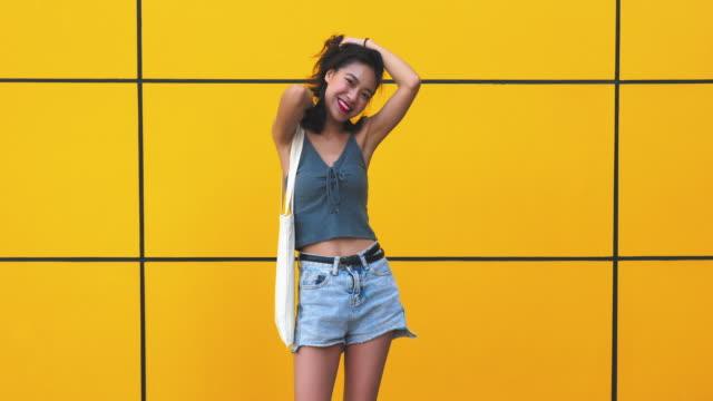 vidéos et rushes de été heureuse asiat, 4k - mode femmes