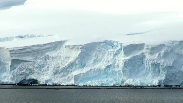 vídeos de stock, filmes e b-roll de verão na antártica - erodido