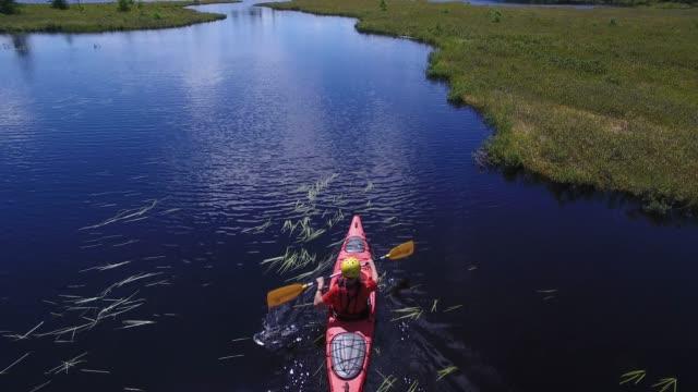 vidéos et rushes de été kayak rivière nature paisible pov - kayak