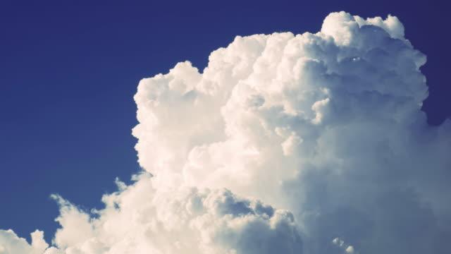 stockvideo's en b-roll-footage met zomer landschap video onweer - regen zon