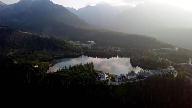 sommer morgen luftbild von strbske pleso resort in der hohen tatra, slowakei. - slowakei stock-videos und b-roll-filmmaterial