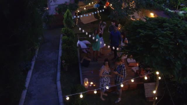 vídeos y material grabado en eventos de stock de fiesta al aire libre en verano - fiesta en el jardín