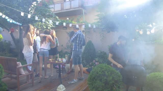 vídeos de stock e filmes b-roll de summer party outdoors - churrascada