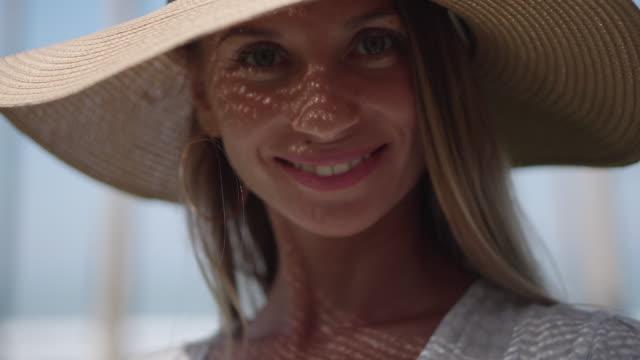 vídeos y material grabado en eventos de stock de retrato de verano de hermosa rubia sonriente en sombrero de sol - disquete