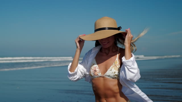 vídeos y material grabado en eventos de stock de retrato de verano de chica feliz con sombrero en la playa - disquete