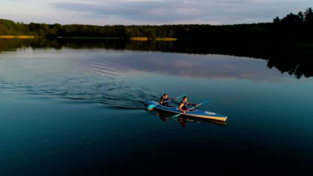 vidéos et rushes de activité de détente de l'été. kayak au coucher du soleil - kayak