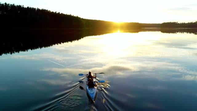 夏季放鬆活動。在日落時皮划艇 - 休閒器具 個影片檔及 b 捲影像
