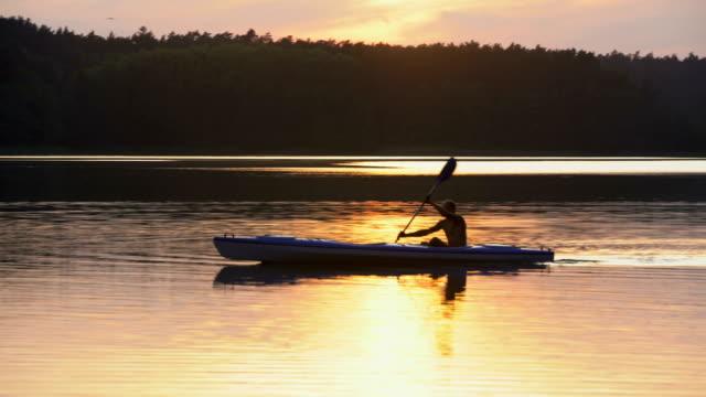 夏のアクティビティをリラックスします。日没時にカヤック ビデオ
